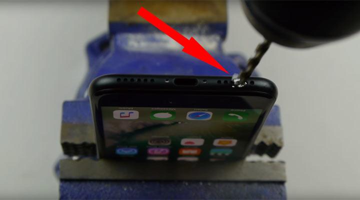 Шутник рассказал людям что надо сверлить iPhone 7 чтобы слушать музыку. реакция пользователей меня просто потрясла!