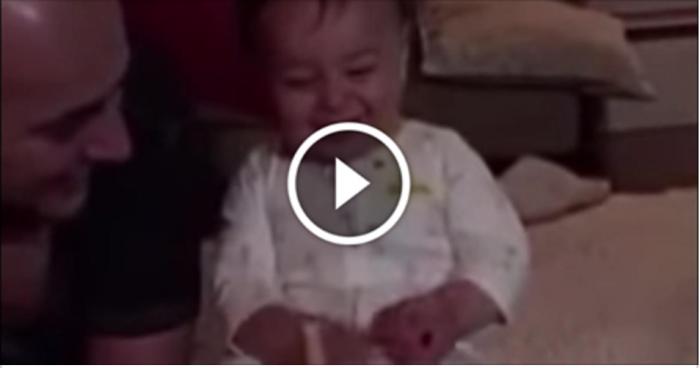 Малышу подарили новую игрушку. На 0:09 мама чуть не уронила камеру от смеха!