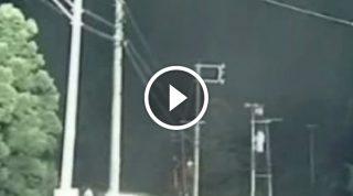 Когда небо вдруг почернело, он взял камеру и начал снимать… То, что произошло дальше, шокирует!