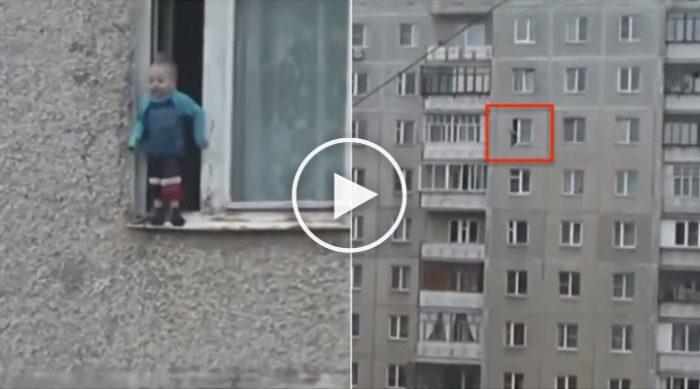 3-х летний ребенок вылез на карниз окна восьмого этажа…Видео очевидца…