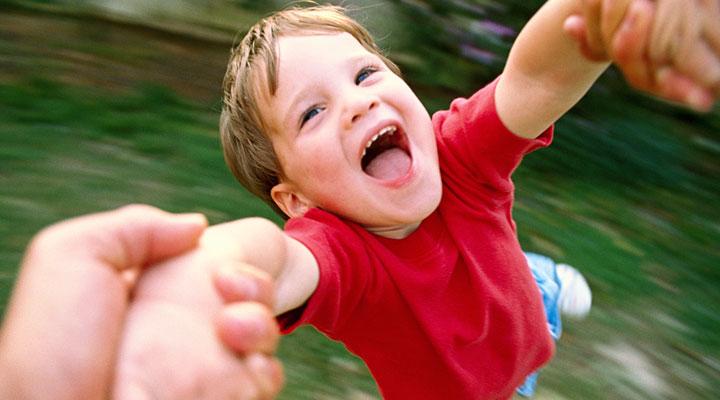 Ваш ребенок любит кружиться, взявшись за руки? Никогда не позволяйте ему делать это!