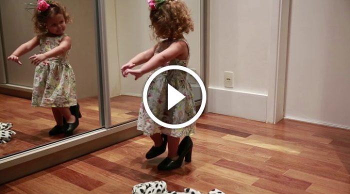 Девочка нашла мамины туфли, начала танцевать перед зеркалом и… создала бурю в интернете