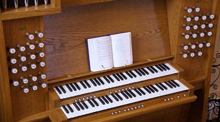 Священник обнаружил необычный предмет у церковной органистки. Ее ответ сразил наповал!