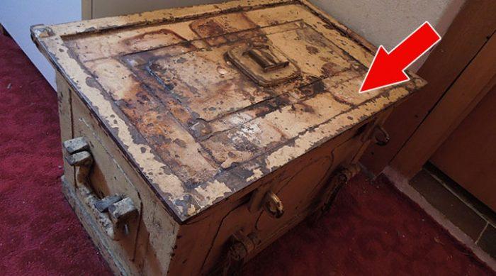 После смерти тети женщина нашла в её доме старый сейф. То, что оказалось внутри, очень ее удивило…