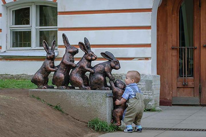 нельзя фотографироваться с незнакомыми статуями на чужбине