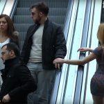 Красивая девушка касается мужчины в торговом центре. А теперь посмотрите на реакцию его жены!