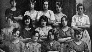 Ни одна из девушек, позировавших для этого снимка в 1900 году, не заметила этой жуткой вещи