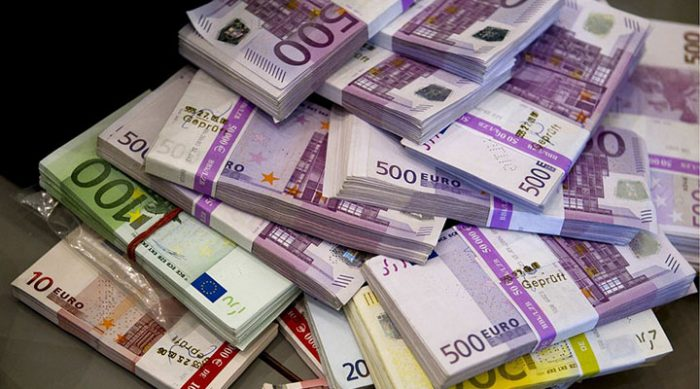 Неизвестные в Швейцарии пытались смыть пачки евро в туалет, полностью забив стояк