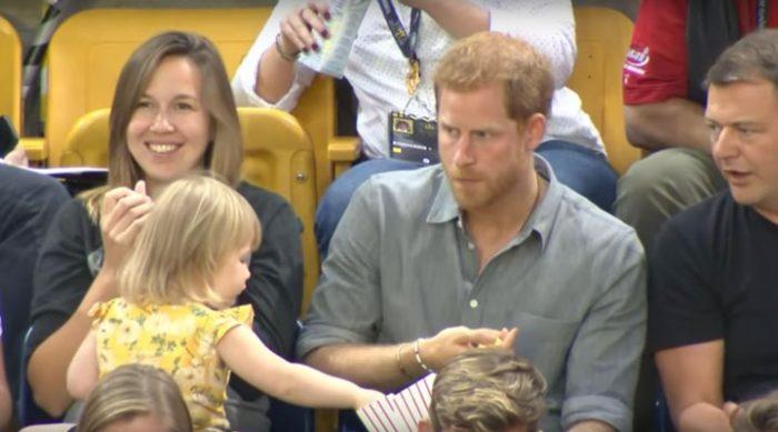 Маленькая девочка украла попкорн у принца Гарри. Его реакцию обсуждает весь мир!