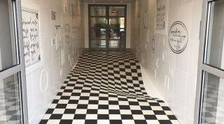 Устав от того, что покупатели пробегают по коридору, в этой компании решили уложить на пол новую плитку…
