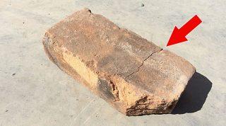 Он строил винный погреб и случайно уронил кирпич. В нём оказалась очень необычная загадка!