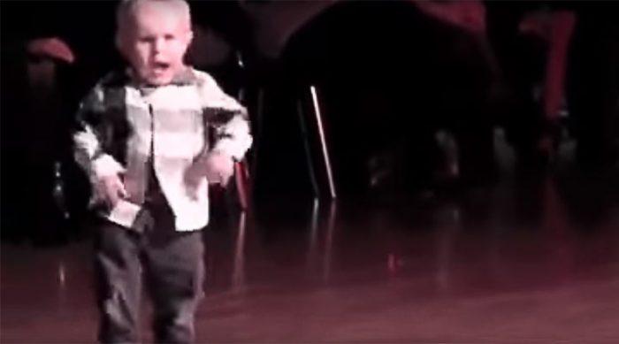 Двухлетний мальчик стал королем паркета. Это море позитива!