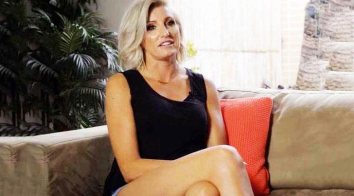 Пока она просто сидит — это обычная женщина. Но только посмотрите на её ноги!