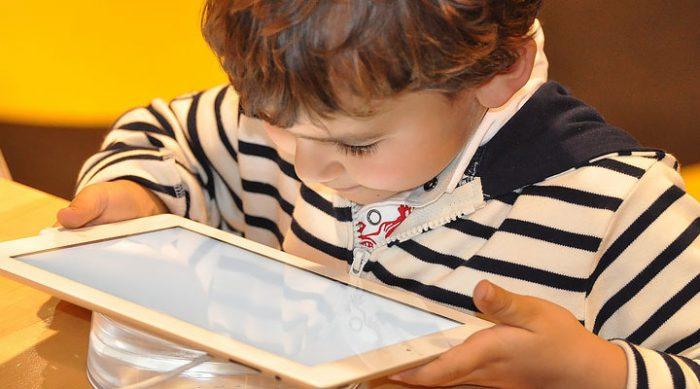 Психологи предупреждают: зависимость от экрана может нанести серьезный вред мозгу ребенка!