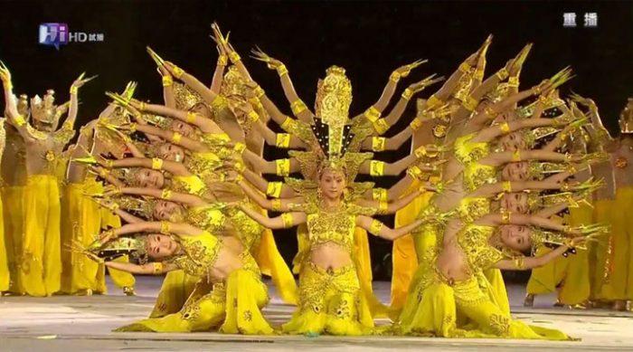 Эти танцовщицы не слышат музыку, но от их выступления невозможно оторвать глаз! (ВИДЕО)