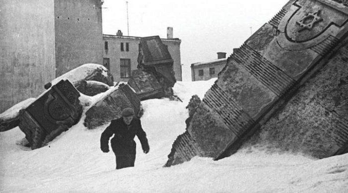 Он рисковал жизнью, чтобы спасти эти фотографии от нацистов. Много лет спустя потомкам открылись уникальные и страшные кадры