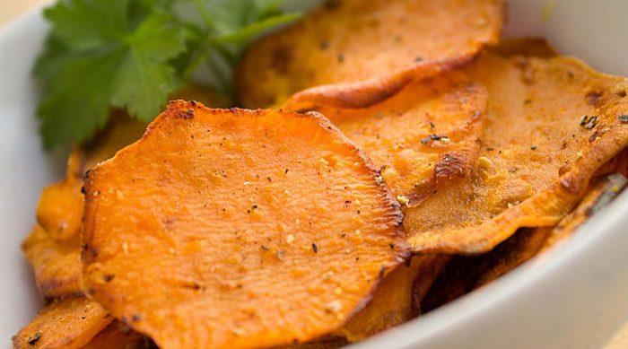 Забудьте о вредной еде: вот как вы можете приготовить и попробовать полезные чипсы