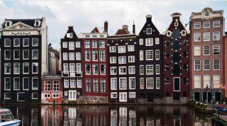Вот почему дома в центре Амстердама такие узкие, длинные и… кривые!