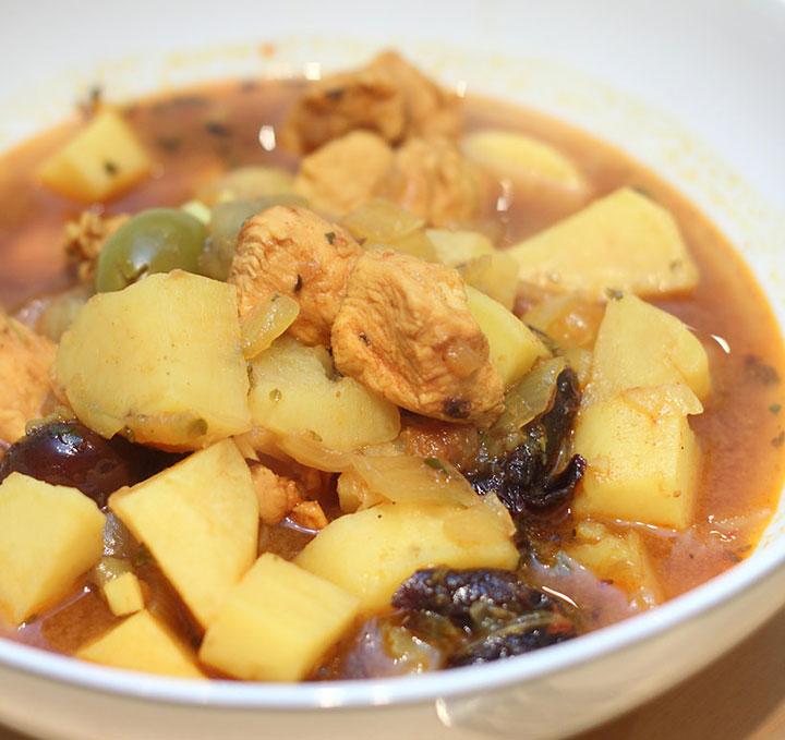 Тушеный картофель с курицей и яблоками