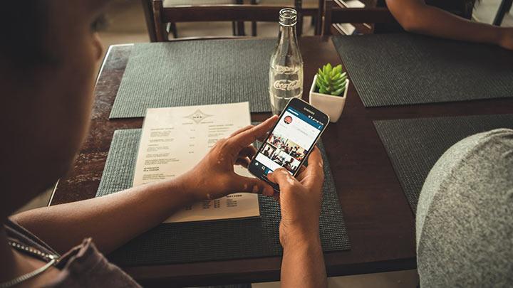 Электронные устройства за столом
