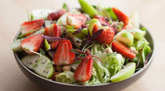 Летние салаты: 8 свежих рецептов, которые пригодятся в жаркие дни