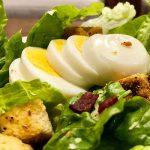 Как приготовить салат с яйцом: 7 вкусных и сытных рецептов