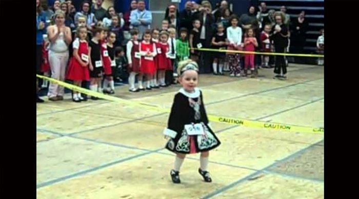 Сумасшедшая энергия ирландского танца в исполнении 3-летней девочки. Только посмотрите на нее! (ВИДЕО)